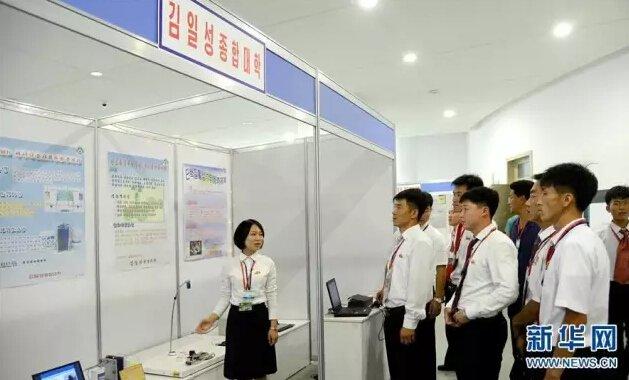 9月13日,在朝鲜平壤,学生参与全国大学生发明展示会。