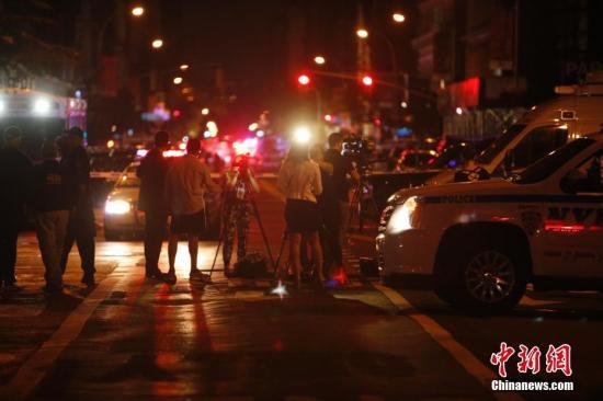 """当地时间9月17日,纽约曼哈顿切尔西街区,记者在警戒区外采访。当晚,纽约曼哈顿切尔西街区的爆炸已造成29人受伤,一人伤势较重,但无生命危险。初步调查显示,这是一起""""蓄意行为"""",但目前尚无证据显示爆炸与恐怖袭击有关。中新社记者 廖攀 摄 视频:实拍:纽约曼哈顿发生爆炸案 伤者满身血迹 来源:中国新闻网"""