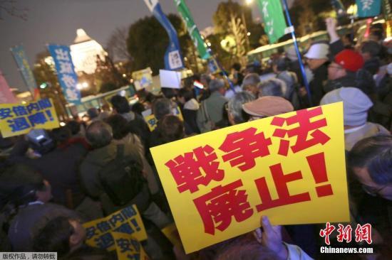 """当地时间10月2日,对安保相关法、核电站和冲绳基地问题等安倍政府多项政策说不的市民团体在日本东京日比谷野外音乐堂举行了集会。安保法刚于9月30日颁布,但参加者毫不气馁地高呼""""保护宪法""""、""""废除安保法""""。"""