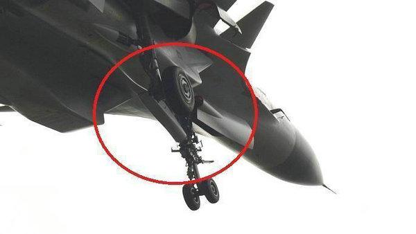 原文配图:前起落架特写,可见起落架舱门外形等都已经有了显着变化。