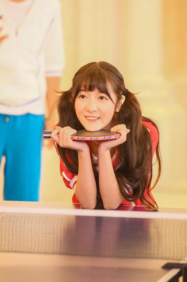 徐娇半杵乒乓球桌显可爱