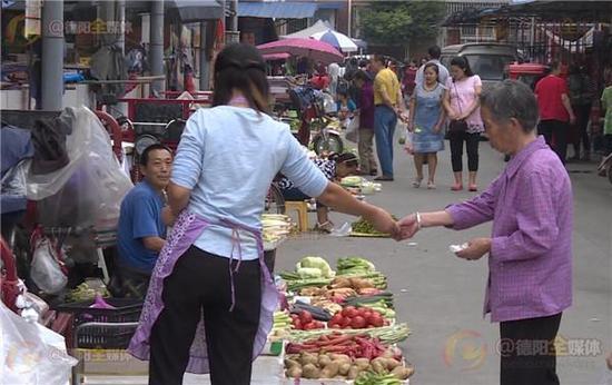 卖菜老人收到假币 女子撕毁假钞给大爷换真钞