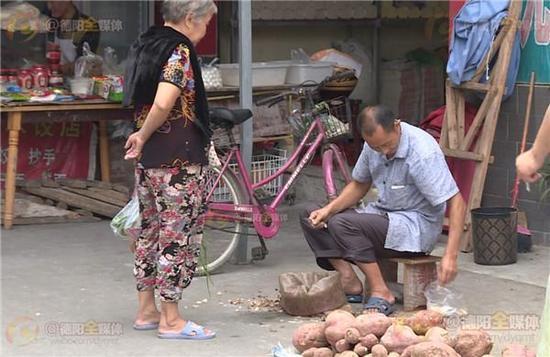 9月12日,在旌阳区天元镇,一位85岁大爷辛苦卖菜却收到60元的假币,一旁边化妆品店的老板看不下去,果断拿出60元真钞与其交换,并现场手撕假钞,对这样的善举,市民纷纷点赞。