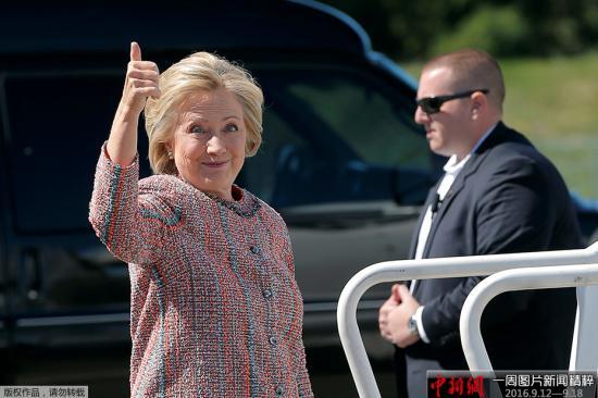 当地时间9月15日,因患肺炎被迫在家休息数天后,美国民主党总统候选人希拉里・克林顿现身北卡罗来纳州格林斯博罗,参加本周首场竞选活动。