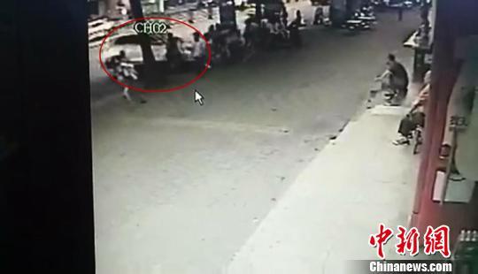 肇事车辆冲向人群 网友供图