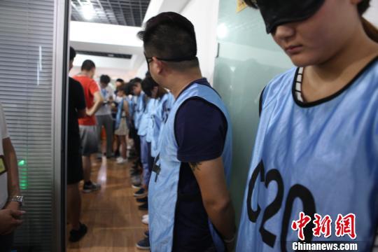 图为:江北警方展开抓捕行动。 何蒋勇 摄