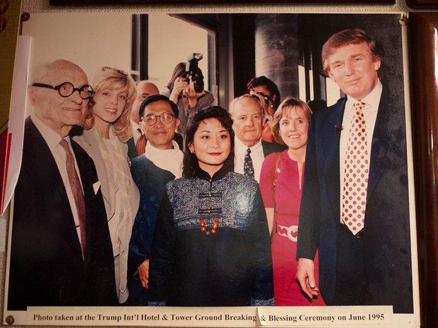 风水大师Pun-Yin的办公室和她父亲Tin-Sun的住处在纽约唐人街一处昏暗的地下室,房间里植物葱郁和泉水潺潺。