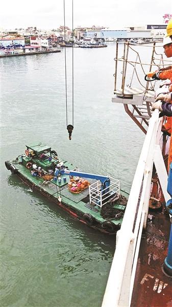 """高雄海职员会向""""五星北京""""号货轮输送食品。 高雄海职员会 图"""