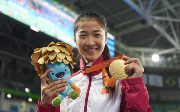9月14日,国家选手荣静在颁奖典礼上展现金牌。当日,在里约残奥会轮椅击剑男子小我花剑A级决赛中,荣静打败国家香港选手余翠怡,夺得金牌。她也是里约残奥会国家代表团旗头