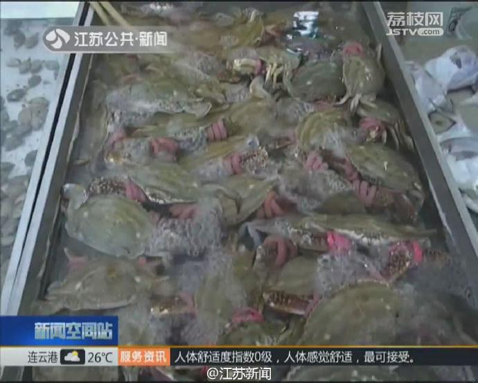 女子买5只螃蟹半斤是皮筋 摊贩:市场上都这样