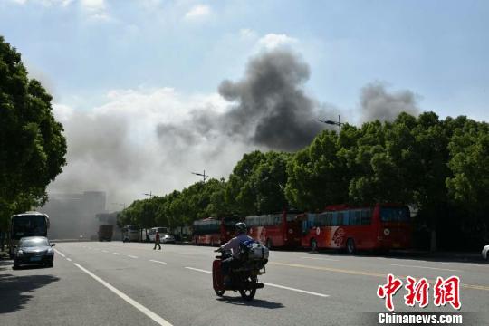 火警现场浓烟滔滔,图为火警现场周边拍照的现象。 孙权 摄