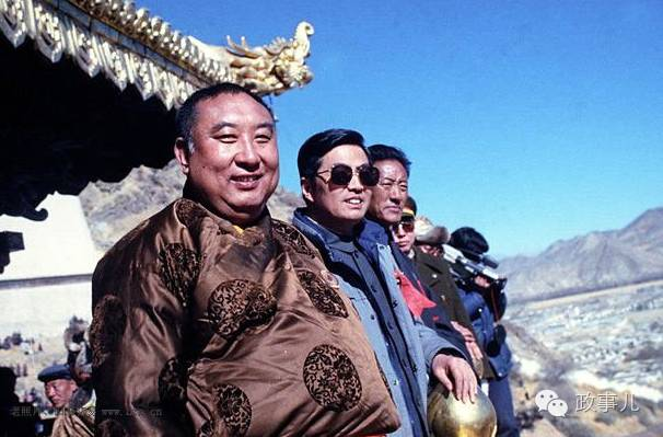 任西藏自治区党委书记的胡锦涛与十世班禅(左一)