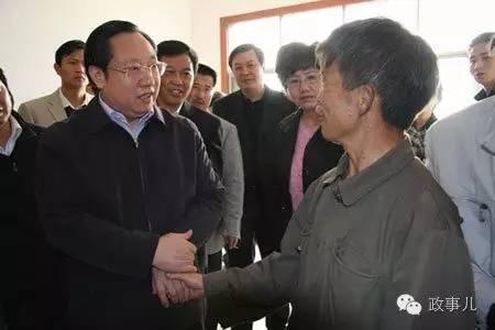 图为2008年,担任贵州常务副省长的王晓东调研农村危房改造。