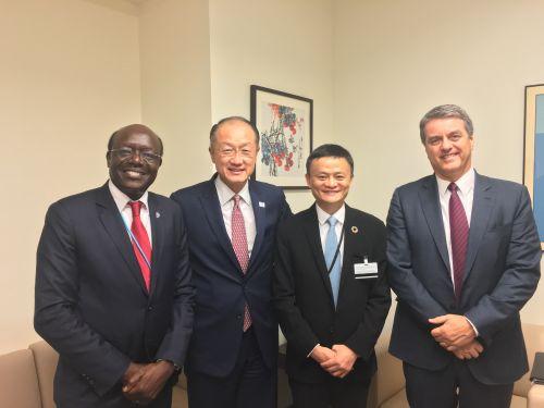 联合国纽约总部欢迎现场。左起:联合国贸易发展大会总干事基图伊,世界银行行长金镛,马云,WTO总干事阿泽维多。