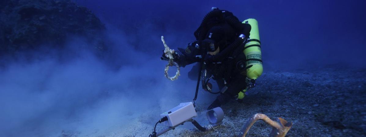 """【环球网综合报道】据法国媒体""""法国资讯""""9月20日援引法新社报道,近日,考古学家在希腊附近海底的一艘遇难沉船中发现了若干人类残骸,据测算已有2000年历史。"""