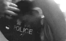 在5名民警的协力掌握下,梁一围手中的刀被夺走。 视频截图