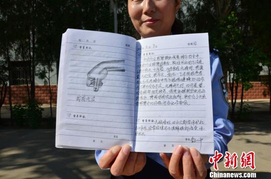 """图为戒毒学员记录的""""中医按摩戒毒技术""""学习笔记。 杨艳敏 摄"""
