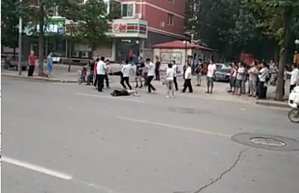 9月14日,河北邯郸县城管局数名城管与两名摊贩家属发生冲突,一男子称被打折8根肋骨。 受访者供图