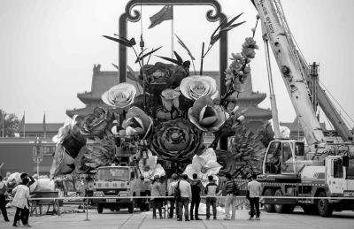 """工作人员正在天安门广场布置主题为""""祝福祖国""""的中心花坛。京华时报记者潘之望摄"""