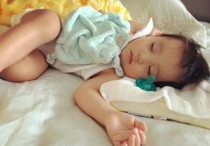 贾静雯女儿熟睡