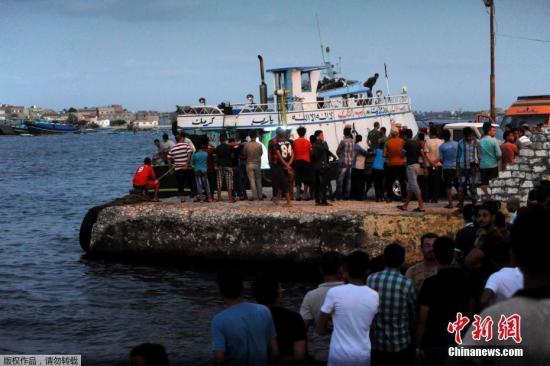 9月22日消息,埃及官方媒体中东社报道,一艘载有约600名非法移民的船只21日在埃及北部地中海海岸附近沉没,造成至少30人遇难。图为民众聚集在地中海岸边,等待救援人员搜被困人员。