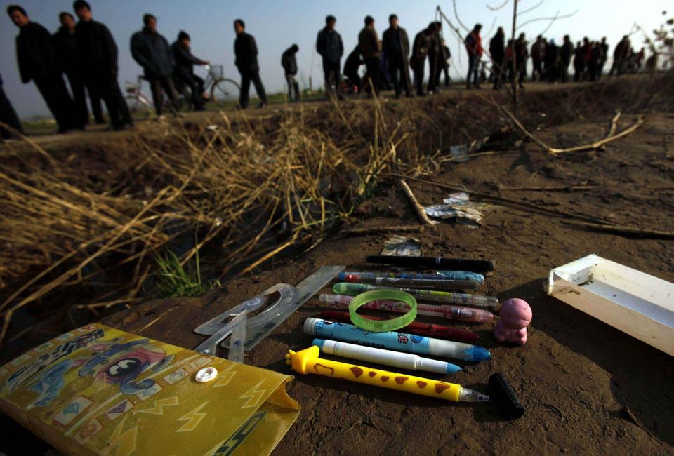 2011年12月13日,江苏丰县一辆接送小学生的校车发生侧翻事故,造成15名小学生死亡,8人受伤。该车核载52,实载47。校车侧翻时车上有29人。