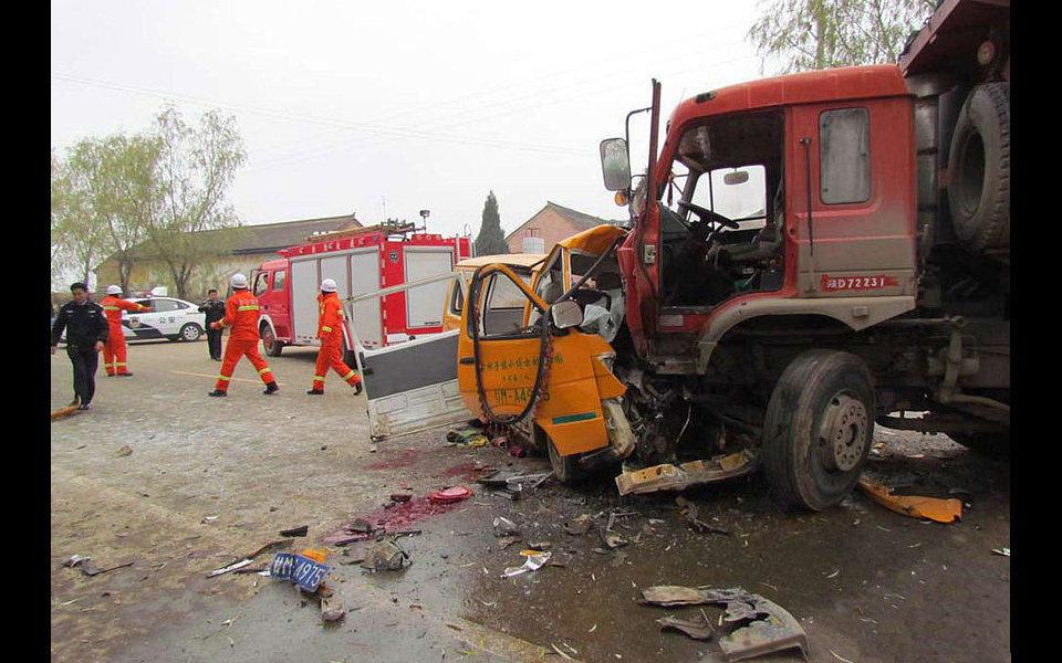 """2011年11日16日,甘肃正宁县榆林子镇""""小博士""""幼儿园校车在接到幼儿后,行驶至该镇西街道班门口时,与一辆陕西籍大翻斗运煤车相撞。事故共造成20余人遇难,数十人受伤。遇难者中,包括司机和女教师两名成人,其他死伤者均为幼儿。"""