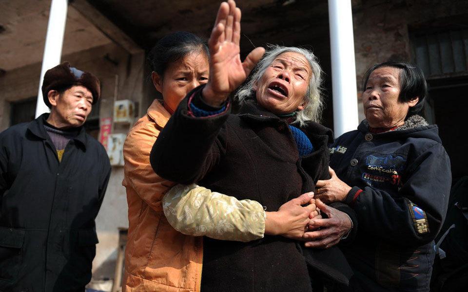 2010年12月29日,湖南衡阳东塘村,谭延银的奶奶无法自控的失声痛哭,他的孙女在27日的事故中死去。 12月27日,一辆由松江镇东塘村开往因果村的三轮车运送20名小学生,在驶到因果桥时,发生交通意外,整车坠入河中。