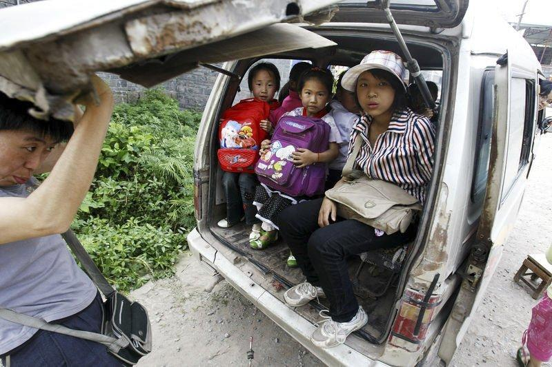 2009年6月4日,重庆万州区分水镇新石小学门口,接送学生的面包车锈迹斑斑,一车竟塞了13名学生。当日,万州、璧山均出现校车翻履事故,导致2名学生死亡,20多名学生受伤。
