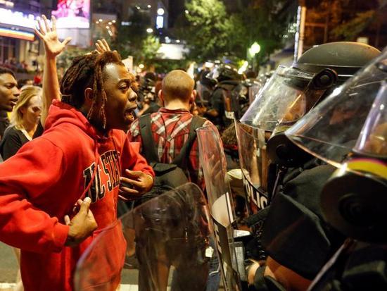 一名抗议者与警察争执着。