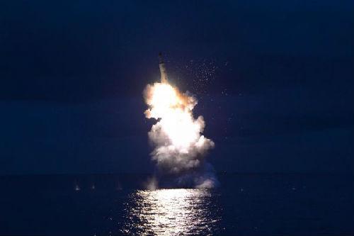 这张朝中社2016年8月25日提供的照片显示的是朝鲜潜射导弹发射试验现场。新华社/朝中社