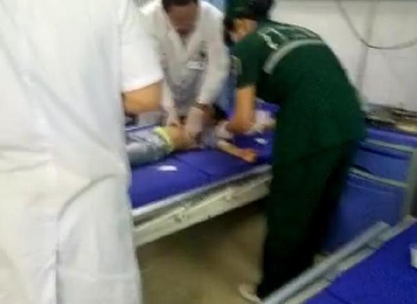 事故中受伤的幼童被送到医院救治。