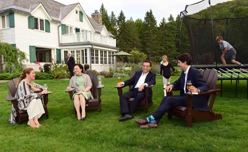 【李克强出席加拿大总理家宴】当地时间21日傍晚,李克强总理抵达加拿大两小时后,就在渥太华的夏列顿湖总理官邸出席加拿大总理特鲁多夫妇举行的家宴。餐前,两国总理夫妇在官邸门外的湖边小坐交谈。一顿三道菜的简单晚餐后,两国总理夫妇返回湖边,欣赏晚霞景色并继续交流。
