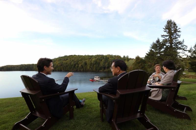 """【加拿大总理发微博推特欢迎李克强】当地时间21日傍晚,李克强总理抵达加拿大两小时后,加拿大总理特鲁多在自己的微博和推特账号上发布一张与李克强夫妇在湖边交谈的照片,并写道:""""在这个美丽的傍晚,回请李克强总理及夫人程虹女士。 欢迎访问加拿大!""""20天前,李克强刚刚与特鲁多在北京会见。"""