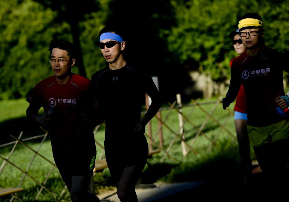 06 闫雪松与助跑志愿者陈剑在训练中。
