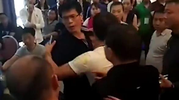 现场新华社记者与经销商吵了起来,经销商指责记者为什么问有没有发票。