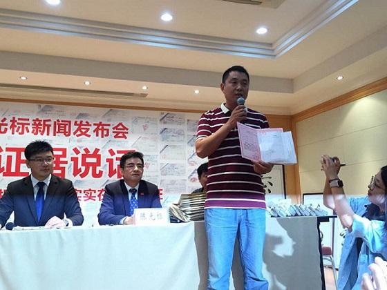 陈光标家乡村书记出示老年活动中心产权证