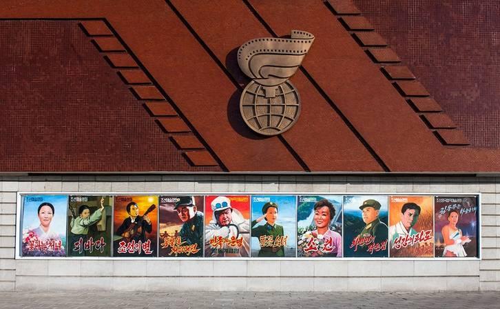 """朝鲜从1987年开始举办电影节,每两年举办一次。原来叫""""不结盟国家和其他发展中国家电影节"""",考虑到这一名称对参与国的限制,2006年起更名为""""平壤国际电影节""""。"""