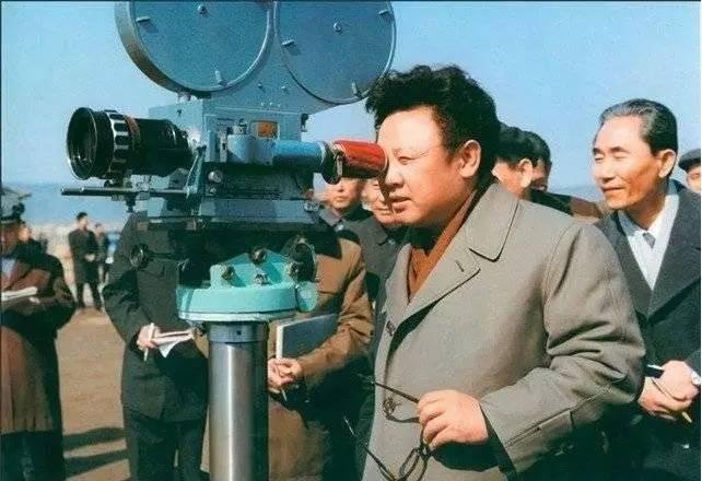 金正日曾担任劳动党中央文化艺术部部长,指导创作过《血海》、《卖花姑娘》、《党的好女儿》等歌剧和电影。