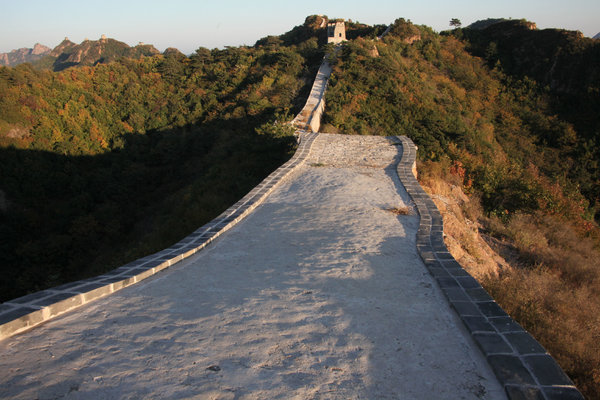 国家东北部,一段长城上的石子路,批判以为它抹去了这个陈腐标记性修筑的特征。(图像来历:美国《纽约时报》网站)