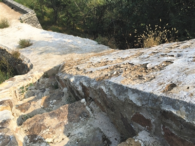 调查组专家称,修复工程采用三七灰土做外壳,这层外壳平均12厘米,将会风化消失。新京报记者 刘子珩 摄