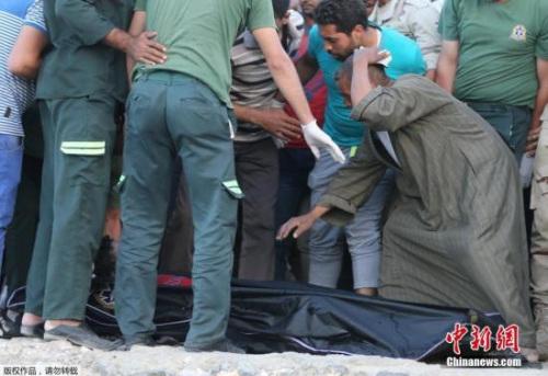 """埃及卫生部声明指出:""""这艘在罗塞达岸外翻覆的非法移民船的死者人数已攀升至162人。""""埃及检方22日就此事件拘留4名涉案人贩,并将展开进一步调查。"""