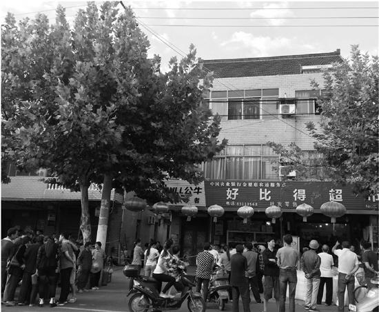 9月22日下午,嘉兴南湖区凤桥镇庄史村,箱包厂的车间内机器喧嚣无比,不少工人戴着耳机在工作。