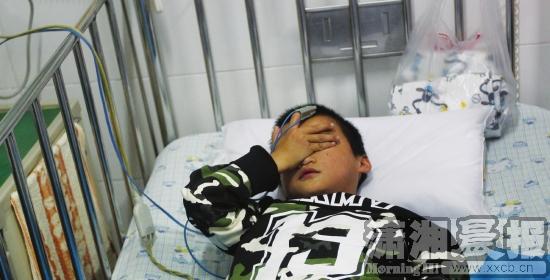 ?9月21日,湖南省儿童医院,小文(化名)躺在病床上输液。组图/记者华剑