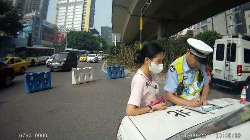 民警立即让驾驶员停车熄火,并且将孩子抱给坐在后排的亲属。 重庆晨报 图