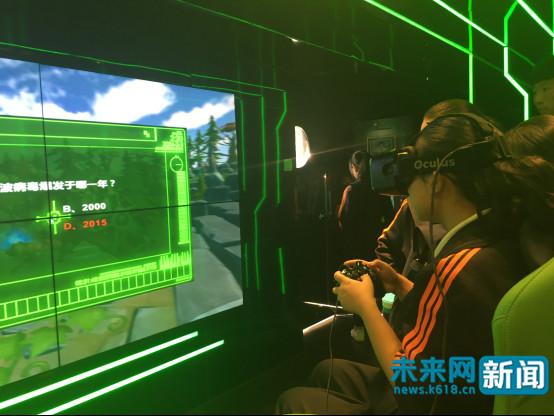 9月24日,在网络安全宣传车,青少年在体验VR互动游戏。未来网记者 杨佩颖 摄