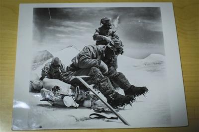 9月24日,屈银华家中摆放着其1960年攀登珠峰时的照片。新京报记者 彭子洋 摄