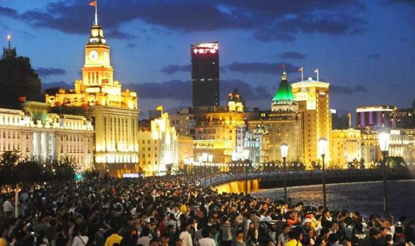 节假日期间的上海外滩 资料图