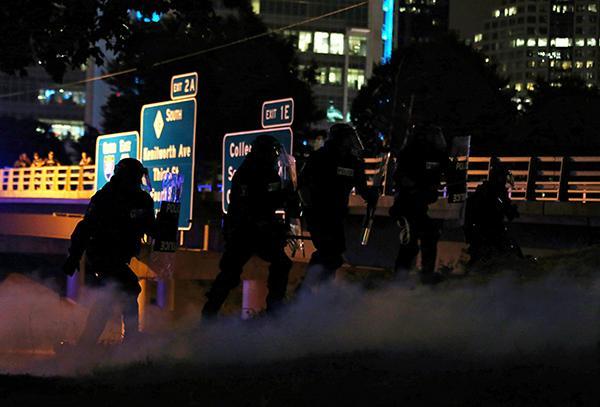 连续三晚骚乱 美国北卡州夏洛特市宣布实施宵禁。 视觉中国 图