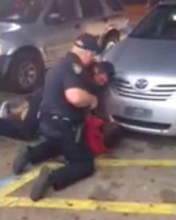 37岁黑人男子奥尔顿・斯特林(Alton Sterling)被两名警察按住枪杀录像。 视觉中国 图